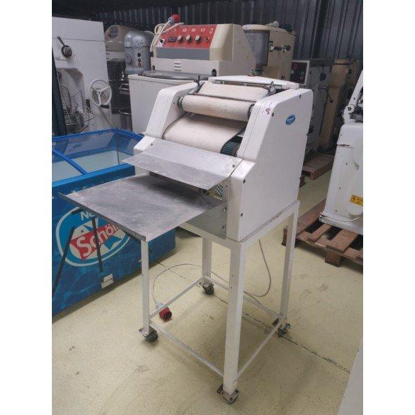 Croissant twister machine  Bakery machinery / equipment
